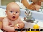 Baia bebelusului, in cada sau chiuveta?