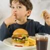 De ce sunt periculosi hamburgerii pentru copii?