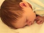 Cum prevenim deformarea capului bebelusului?