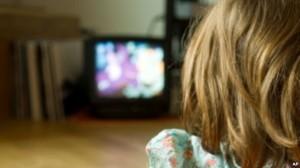 Riscuri copii lasati la TV