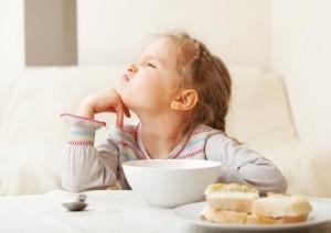 Copil mofturos mancare