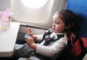 Zborul cu avionul pentru copil